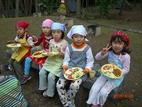 お泊り会の写真。みんなで作ったご飯を食べている様子。子供が5人並んで食べている。