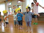 七夕会の写真。星のお面を付けた子供がお遊戯をしている。